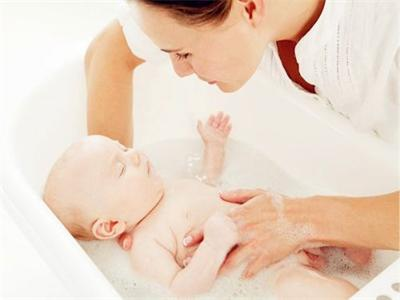 新生儿洗澡的步骤 三个阶段轻松搞定