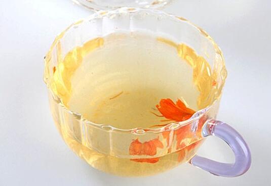 许多人都知道百合花,我们知道,百合花富含蛋白质、糖、磷、铁以及多种微量元素,具有极高的医疗价值和食用价值,在生活中被广泛的食用。那么,百合花可以泡水喝吗?很多人都不知道百合花怎么泡茶喝,其实百合花泡茶喝的方法非常多。小编今天就跟大家说说,百合花泡茶喝的方法。  中医认为百合具有润肺止咳、清心安神的作用,尤其是鲜百合更甘甜味美。百合特别适合养肺、养胃的人食用,比如慢性咳嗽、肺结核、口舌生疮、口干、口臭的患者,一些心悸患者也可以适量食