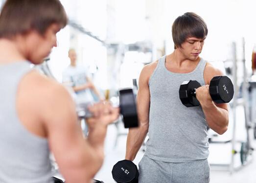 很多男士喜欢健身,健身不仅有益身体健康,还能让男性拥有更加强壮的体魄。因此,不少身材比较肥胖的男性也开始加入健身减肥行列,但是男人健身减肥到底该怎么计划更有效果呢?不妨来看看,男人健身减肥一周计划表。  男人健身减肥不是盲目的进行锻炼,而是要有计划的进行,只有跟着计划一步步做,才能有更好的效果,因此制定健身减肥一周计划表是非常有必要的。