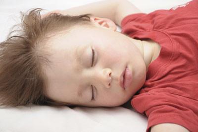 宝宝白天委屈哭睡觉 晚上睡觉也会哭的